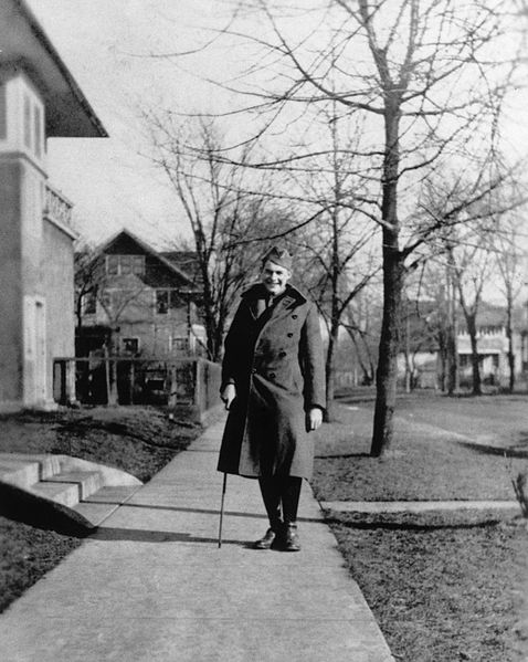 Ernest_Hemingway_in_uniform_at_Oak_Park,_Illinois