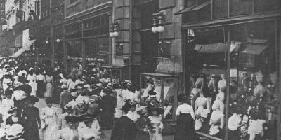 Entrance_of_Macy's,_New_York_1908
