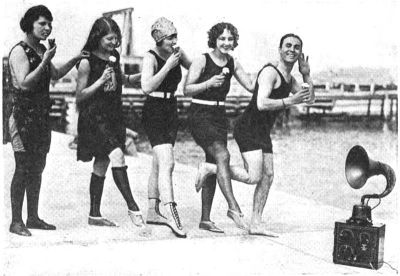 Radio_beach_party_1923