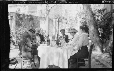 Men and woman at an outdoor cafe